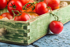 Ensemble de différentes sortes de tomates mûres dans le plateau en bois photo stock