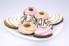 Ensemble de différents gâteaux délicieux sur le fond blanc Photos libres de droits