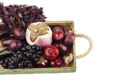 Ensemble de différents légumes crus et fruits frais violets dans le plateau en bois, d'isolement Photos stock