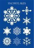 Ensemble de différents modèles des flocons de neige sur le fond bleu Images libres de droits