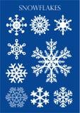 Ensemble de différents modèles des flocons de neige sur le fond bleu Photo stock