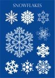 Ensemble de différents modèles des flocons de neige sur le fond bleu Image stock