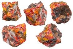 Ensemble de divers cristaux de réalgar sur des roches d'isolement Photos stock