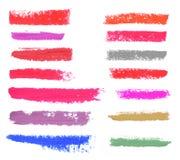 Ensemble de divers rouge à lèvres et courses de vernis à ongles sur le blanc Photographie stock libre de droits