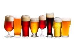 Ensemble de divers verres de bière Différents verres de bière Bière anglaise d'isolement sur le fond blanc Image libre de droits