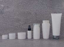 Ensemble de empaquetage cosmétique sur le fond gris groupe d'huile de sérum de crème de soins de la peau produit cosmétique de st images stock