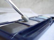 Le moyen la personne blanchissant des taches après les boutons