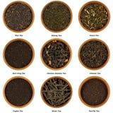 Ensemble de feuilles de thé sèches d'isolement sur le blanc Image stock