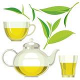 Ensemble de feuilles de thé vertes, théière, tasse, verre Image stock