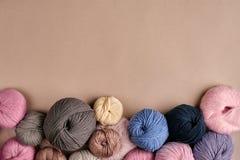 Ensemble de fil de laine coloré sur le fond beige Vue supérieure Photos libres de droits