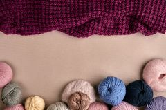 Ensemble de fil de laine coloré sur le fond beige Vue supérieure Photos stock