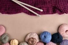 Ensemble de fil de laine coloré sur le fond beige Vue supérieure Photographie stock