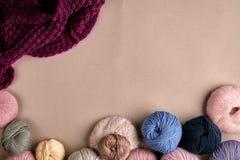 Ensemble de fil de laine coloré sur le fond beige Vue supérieure Photo stock