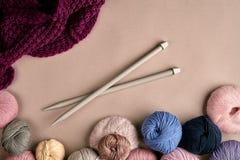 Ensemble de fil de laine coloré sur le fond beige Vue supérieure Image libre de droits