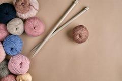 Ensemble de fil de laine coloré sur le fond beige Vue supérieure Images libres de droits