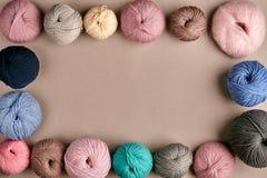 Ensemble de fil de laine coloré sur le fond beige Vue supérieure Vue des embrouillements des fils de tricotage Photographie stock libre de droits