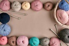 Ensemble de fil de laine coloré sur le fond beige Vue supérieure Vue des embrouillements des fils de tricotage Photo libre de droits
