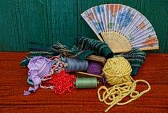 Ensemble de fils avec l'écharpe et la fan de boîte en bois au mur en bois Image stock