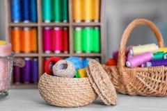 Ensemble de fils colorés pour coudre et faire du crochet Photo libre de droits