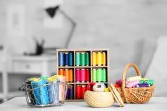 Ensemble de fils colorés pour coudre et faire du crochet Photos stock