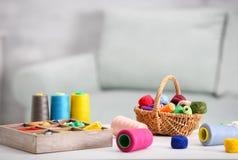 Ensemble de fils colorés pour coudre et faire du crochet Photographie stock libre de droits