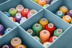 Ensemble de fils de couture de couleur dans la boîte de compartiment, Photographie stock