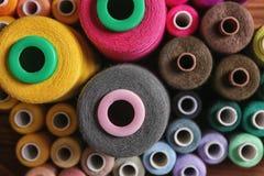 Ensemble de fils de couture de couleur sur la table, Photos libres de droits