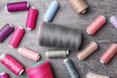 Ensemble de fils de couture de couleur sur le fond gris Photos stock
