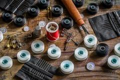 ensemble de fils et d'accessoires de couture sur le fond en bois images stock