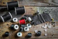 ensemble de fils et d'accessoires de couture sur le fond en bois photographie stock