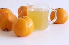 Ensemble de fruit frais de mandarines Mandarines entières sur la table en bois blanche Matériel pour le jus pour le petit déjeune images stock