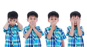 Ensemble de garçon asiatique couvrant son oeil de nez de bouche d'oreille dans le PO différent Photo stock