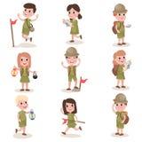 Ensemble de garçons et de scouts de filles avec augmenter l'équipement, activités de colonie de vacances illustration de vecteur