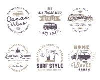 Ensemble de graphiques et d'emblèmes surfants de vintage pour le web design ou la copie Logotypes de surfer Insignes de ressac Ga Images libres de droits