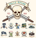 Ensemble de graver, tiré par la main, vieux, labels ou insignes pour les corsaires, crâne à l'ancre, trésors, drapeau, perroquet  Photo stock