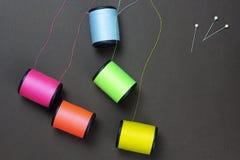 Ensemble de groupe de bandes de roulement au néon de couleur sur le fond de papier brun images libres de droits