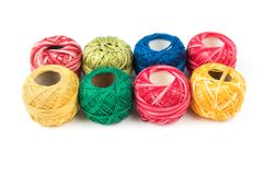 Ensemble de huit fils de couture colorés sur une surface ou un fond blanche Photographie stock