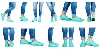 ensemble de jambe femelle différente dans les jeans et des espadrilles d'isolement sur le fond blanc Photo stock