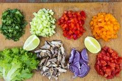 Ensemble de légumes frais coupés avec la chaux et le boeuf sur le boa en bois Photographie stock