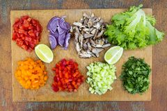 Ensemble de légumes frais coupés avec la chaux et le boeuf sur le boa en bois Photos stock