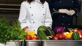 Ensemble de légumes frais et d'herbes sur une table en métal de restaurant photos libres de droits