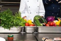 Ensemble de légumes frais et d'herbes sur une table en métal de restaurant photo stock