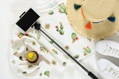 Ensemble de l'habillement des femmes, pullo blanc de graphique de cactus d'accessoires Image stock