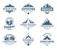 Ensemble de labels de camping et d'activité en plein air illustration de vecteur