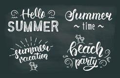 Ensemble de lettrage de main de craie d'été Ensemble typographique et calligraphique de craie d'été Logos et emblèmes de craie d' illustration stock