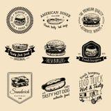 Ensemble de logo d'aliments de préparation rapide de vintage de vecteur Le rétro repas rapide signe la collection Bistros, snack- Image libre de droits