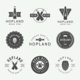 Ensemble de logos de bière et de bar de vintage, labels et emblèmes avec des bouteilles, des houblon, et le blé illustration libre de droits