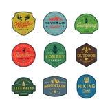 Ensemble de logos de région sauvage de vintage rétros emblèmes extérieurs dénommés tirés par la main d'aventure Illustration de v illustration de vecteur