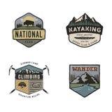 Ensemble de logos tirés par la main de voyage de vintage Concepts campants de labels Conceptions d'insigne d'expédition de montag illustration stock