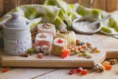 Ensemble de lokum de rahat avec les peaux glacées, les écrous et la poudre de sucre Images stock